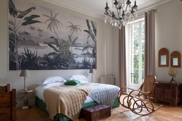 Voici une nouvelle adresse près de Bordeaux qui semble enchanteresse et qui devrait ravir les amateurs de châteaux au style classique mais au goût du jour. Lié aux Sources de Caudalie, un hotel et spa renommé dans la région Bordelaise, la Chartreuse du Château le Thil a ouvert ses portes en Août 2013.